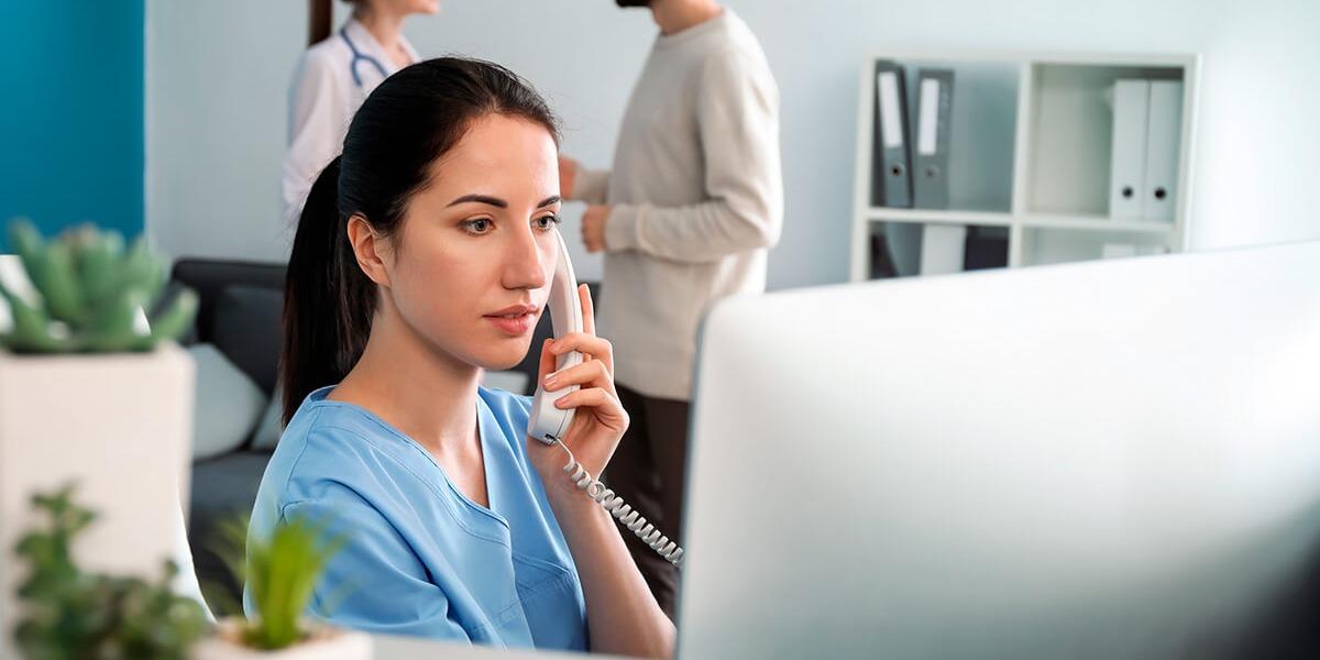 Qual é o papel da secretária ou do secretário em clínicas médicas