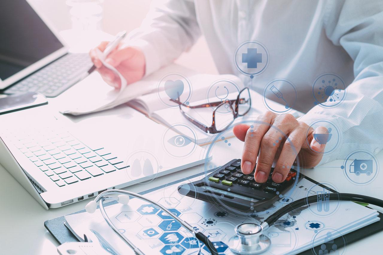 Um médico digitando no computador.